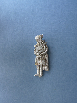 Standing Piper Brooch - Lead Free Pewter :: Brooches